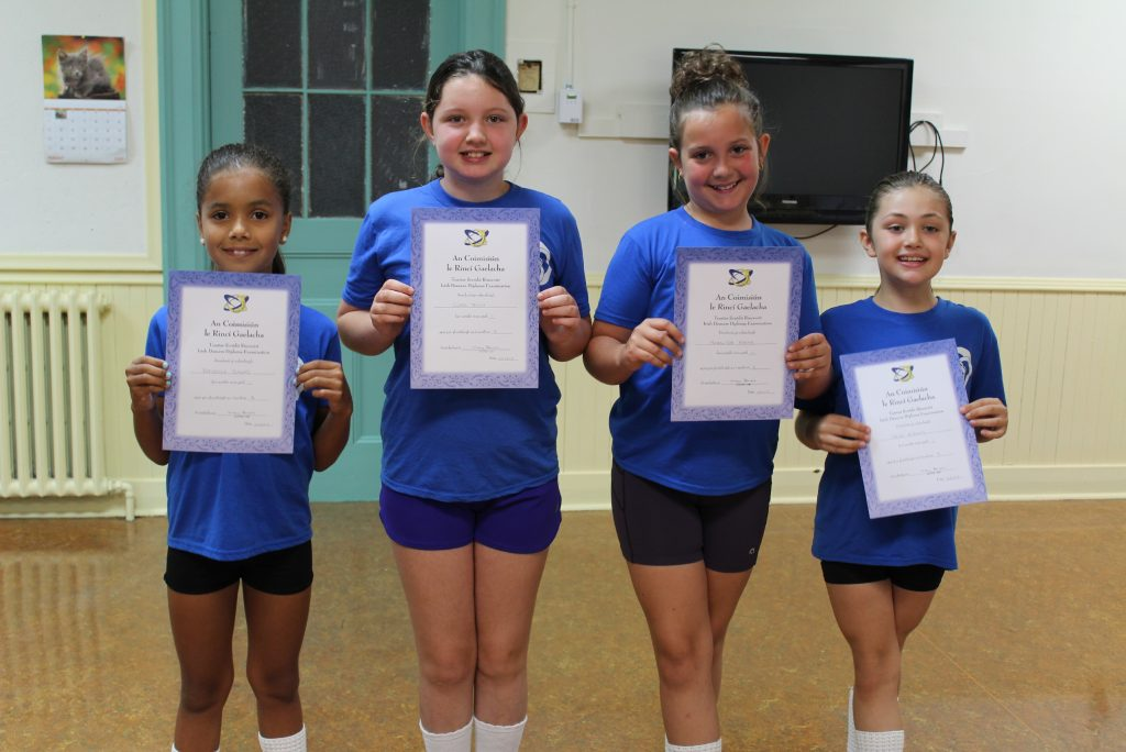 beginner-dancers-with-grade-exam-certificates